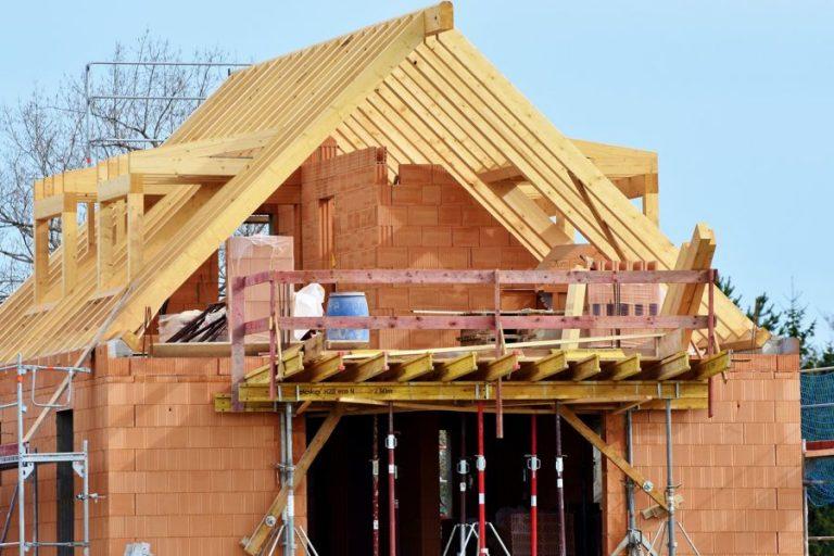 lucrari executie sarpanta la constructie case la rosu